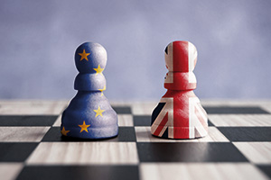 Two chess pieces, the UE and the UK, in Brexit strategy concept