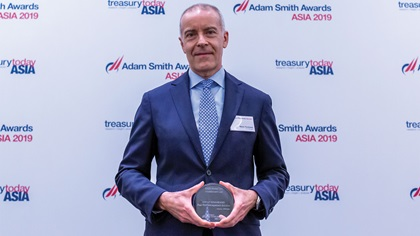 Photo of Mario Tombazzi, J.P. Morgan collects the award on behalf of SAIC Motor HK Investment Ltd