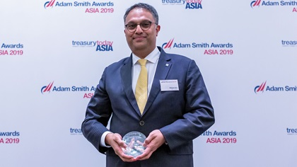 Photo of Mahesh Kini, BNP Paribas collects the award on behalf of SPCC JV